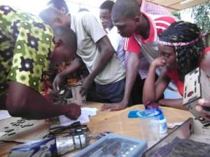 Afate Gnikou a organisé des ateliers pour faire connaître son travail aux jeunes de Lomé.