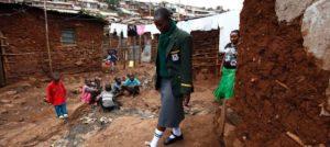 Kibera, Nairobi. L'Afrique est l'une des zones les plus inégalitaires au monde. En savoir plus sur http://www.lexpress.fr/actualite/appel-pour-la-reduction-des-inegalites-en-afrique_1535757.html#uPI8TqkZRur7p2pF.99