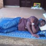 Nicodème Habia en grève de la faim devant l'ambassade du Ghana au Togo, Lomé | Photo : DR